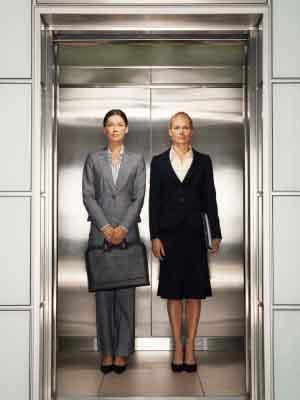 2 Frauen im Aufzug